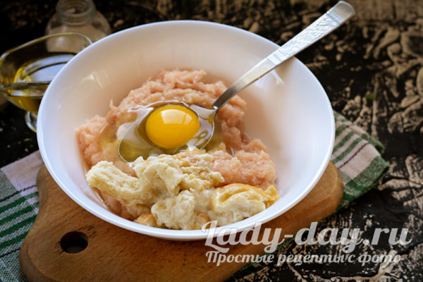 фарш, яйцо и хлеб в миске
