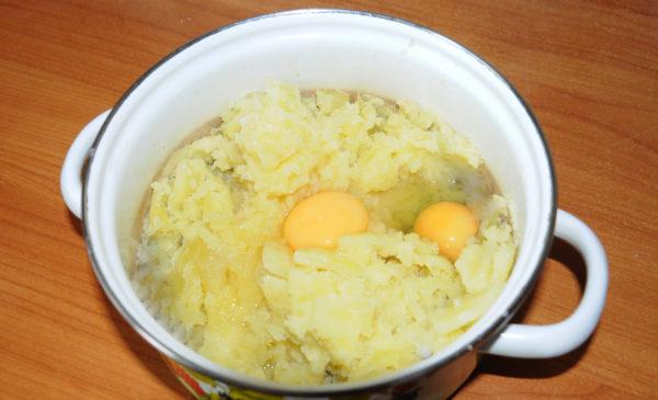 добавим в пюре яйца