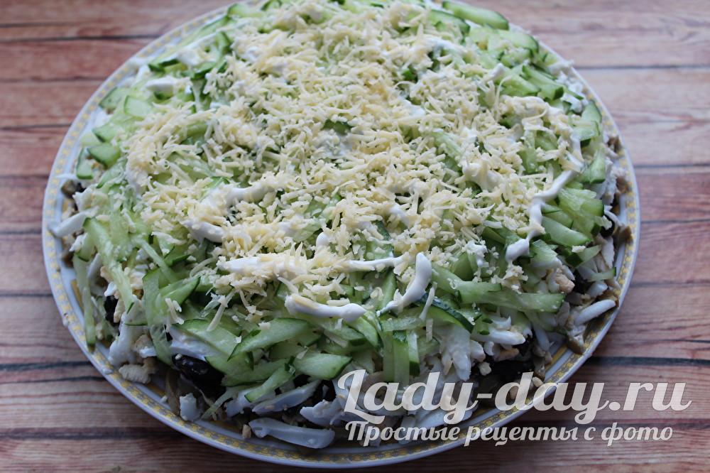 салат березка с курицей и грибами и свежим огурцом и черносливом