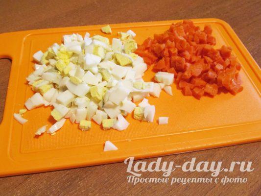 нарезанные яйца и морковь