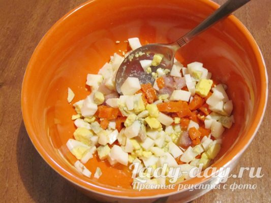 смешиваем в масле яйца и морковь