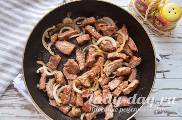 жарим мясо с луком