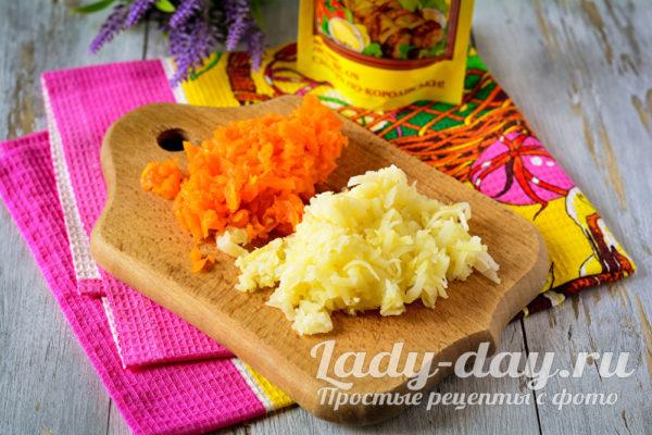 тертая картошка и морковь