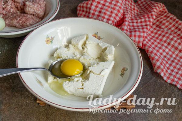 разминаем творог с яйцом