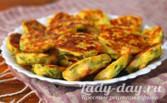 Кабачковые оладьи с куриным филе и сыром в духовке