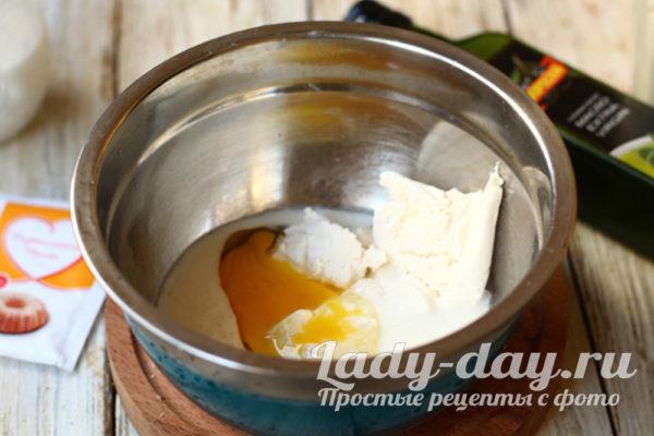 соединяем творог, яйца и молоко
