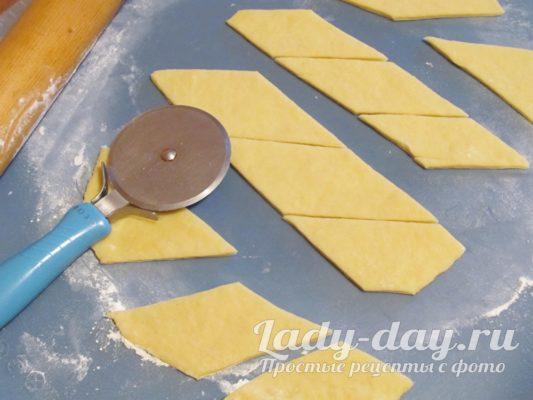 нарезать тесто на кусочки