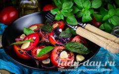 помидоры с базиликом и чесноком закуска