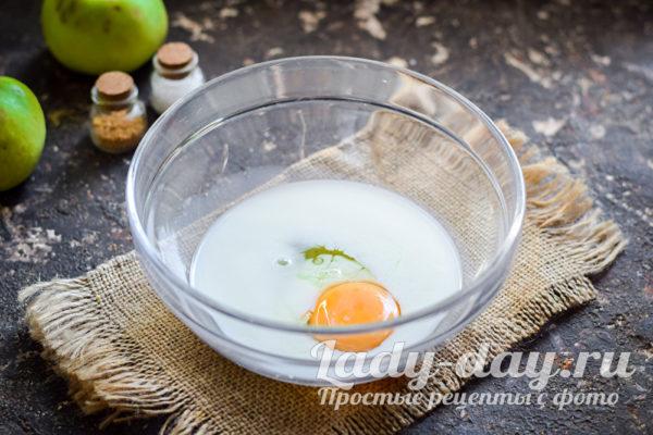 молоко и яйцо в миске