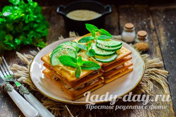 Рыбный салат из консервов с крекером