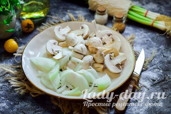 нарезанные грибы с луком