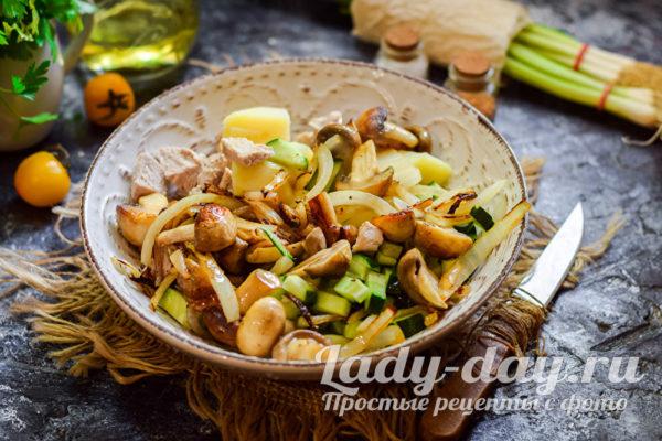 добавить грибы и лук