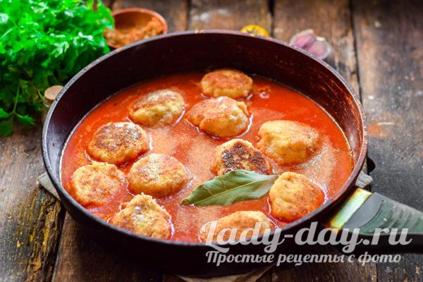 тушить в томатном соусе