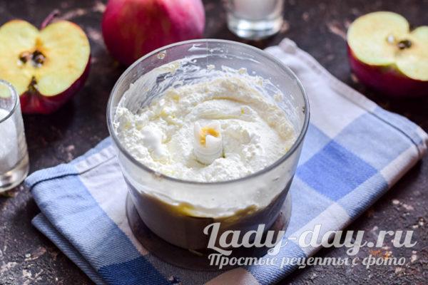 перемешать йогурт с творогом