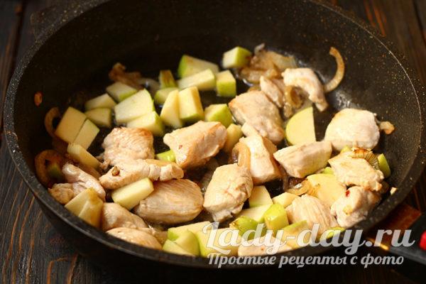 яблоки и мясо на сковороде