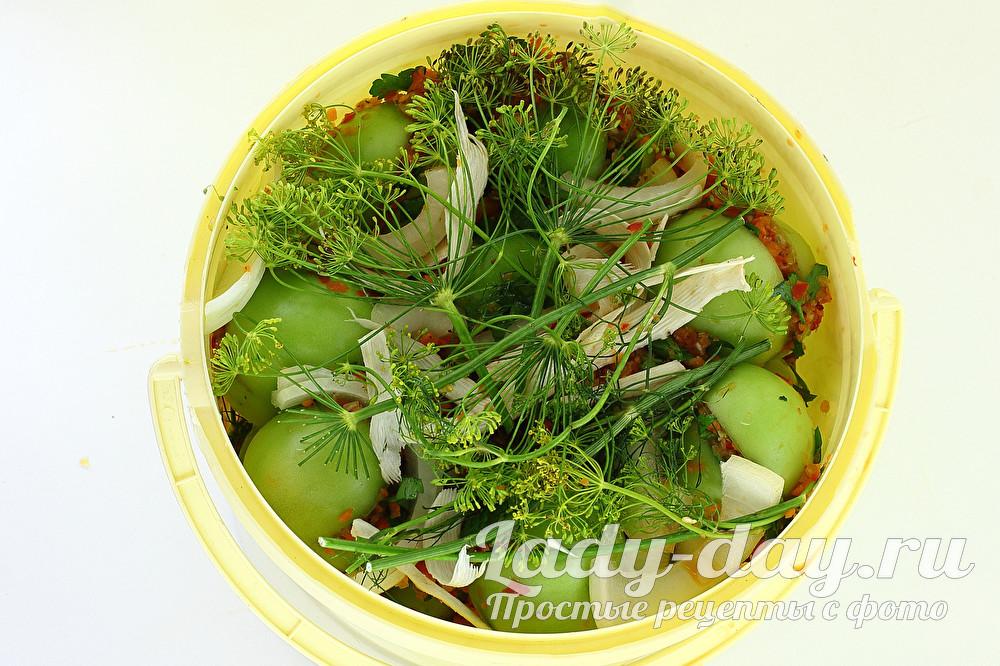 зеленые помидоры в ведре