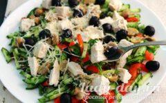 Салат с курицей, грибами и маслинами