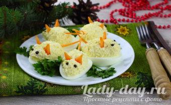 Фаршированные яйца в виде мышек