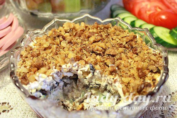 слоеный салат с курицей и черносливом и свежим огурцом, рецепт