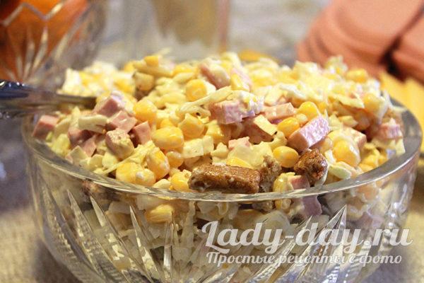 салат из свежей капусты с копченой колбасой кукурузой и сухариками