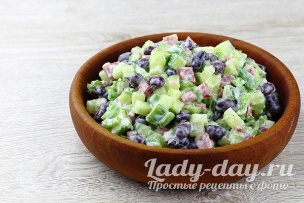 салат с колбасой и фасолью