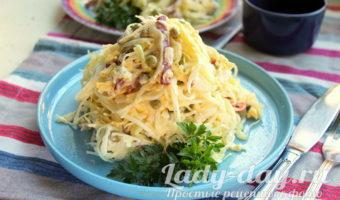 Салат из капусты с горошком и колбасой
