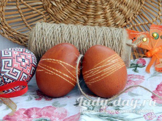 Как покрасить яйца на Пасху в луковой шелухе с рисунком, фото пошагово