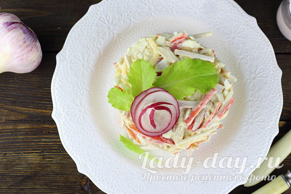Салат с курицей, помидорами и крабовыми палочками