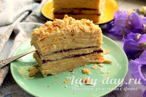 Торт «Наполеон» с прослойкой из конфитюра.