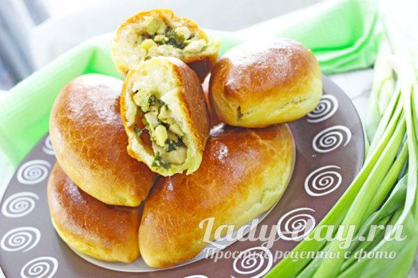 пирожки с зеленым луком и яйцом из дрожжевого теста в духовке