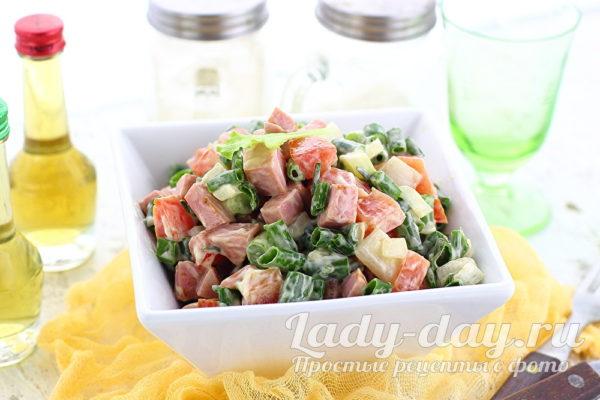 Салат с колбасой, помидорами