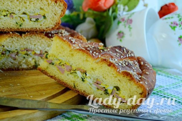 Быстрый дрожжевой пирог с яйцом, сосисками и зеленым луком