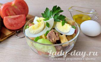 салат с тунцом, сыром и яйцом – свежий летний вариант