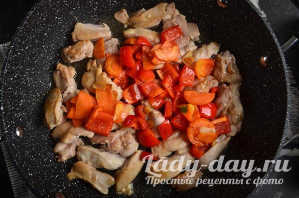 курица с овощами в сковороде