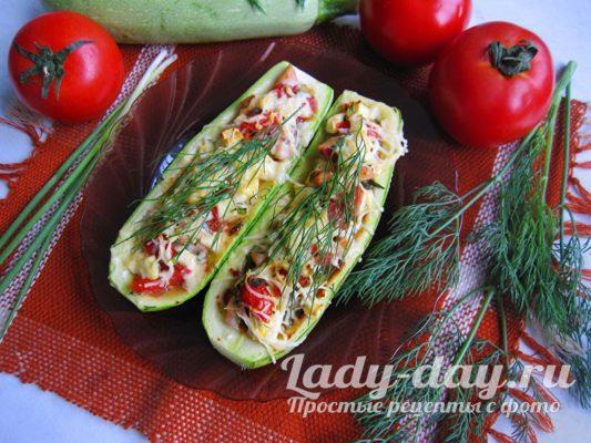 Фаршированные кабачки с курицей, помидорами и сыром