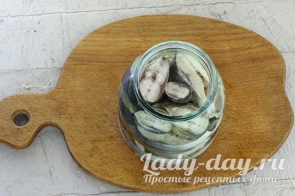 Как приготовить пряную и очень вкусную маринованную сельдь дома