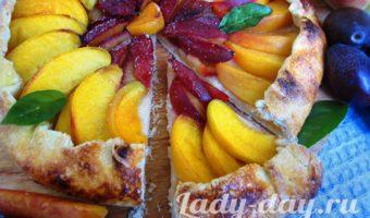 Галета с персиками и сливами