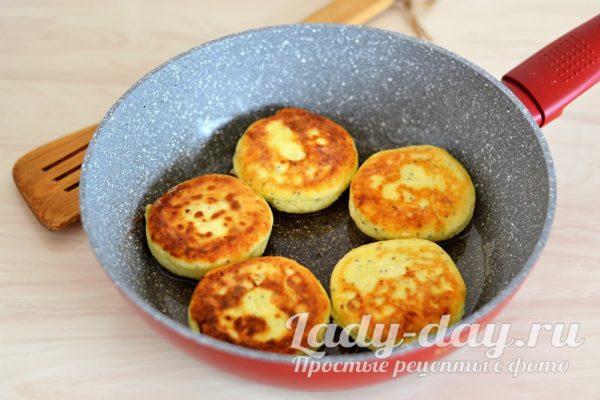 жареные сырники на сковороде