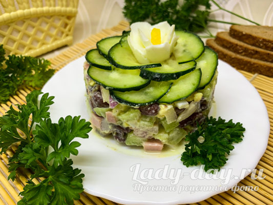 Вкусный салат с консервированной фасолью и колбасой