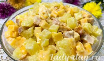 Быстрый и вкусный салат с ананасом, копченой курицей и сыром