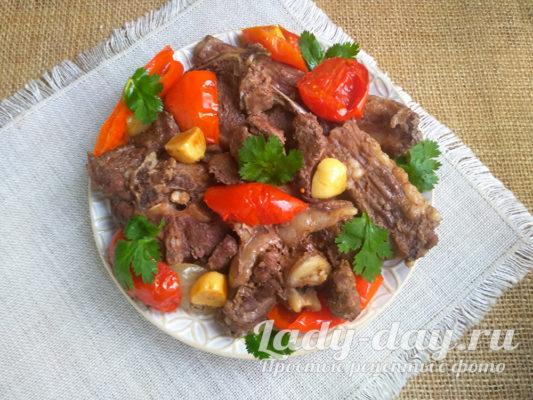 Нежная и сочная баранина с овощами в духовке
