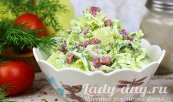 Салат из пекинской капусты, копченого мяса и ананасов