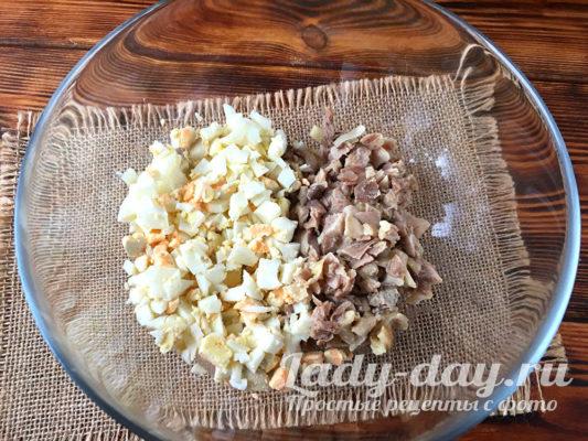 нарезать курицу и яйца
