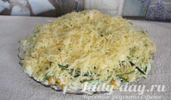 Салат с сосискми, кукурузой и сыром