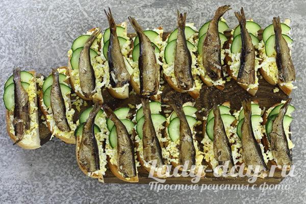Красивые бутерброды со шпротами, свежим огурцом и яйцом