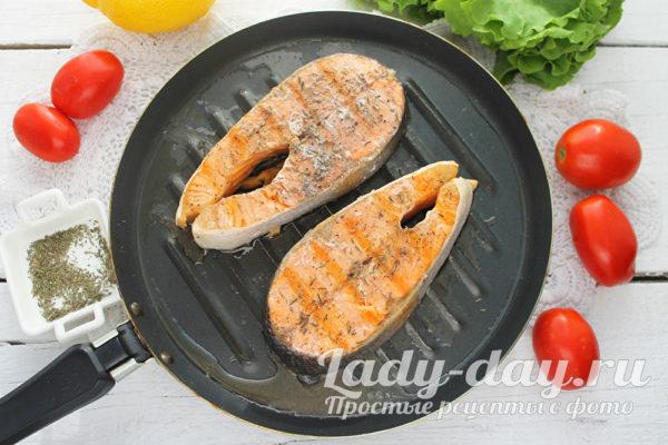 жарим стейк лосося
