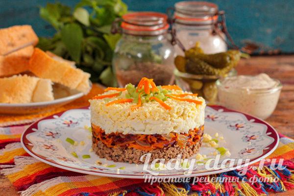 Очень вкусный салат с куриной печенью, морковью, луком и яйцом