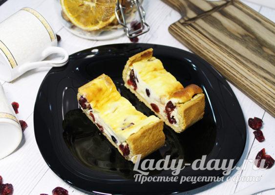 Открытый песочный пирог с творогом и ягодами