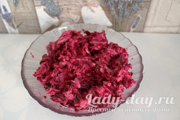 Простой салат из свеклы с сыром и чесноком