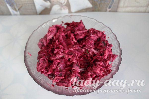 Салат с вареной свеклой, сыром и чесноком